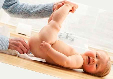 Понос у грудничка: почему возникает и как помочь