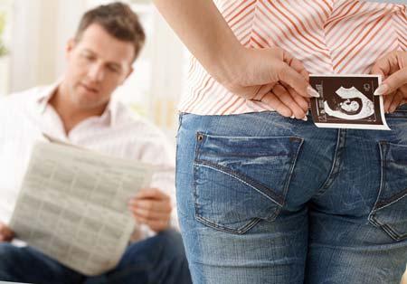 Когда родственникам говорить о беременности