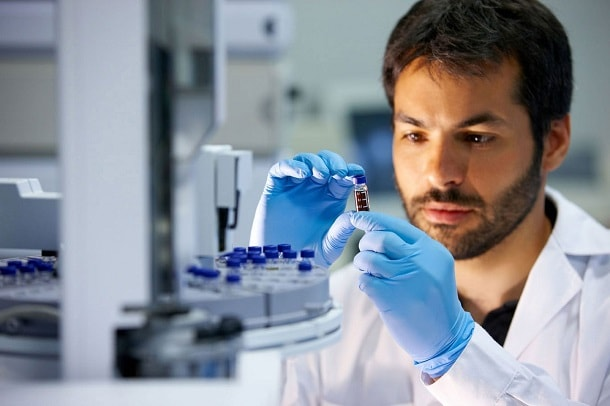 мужчина лаборант